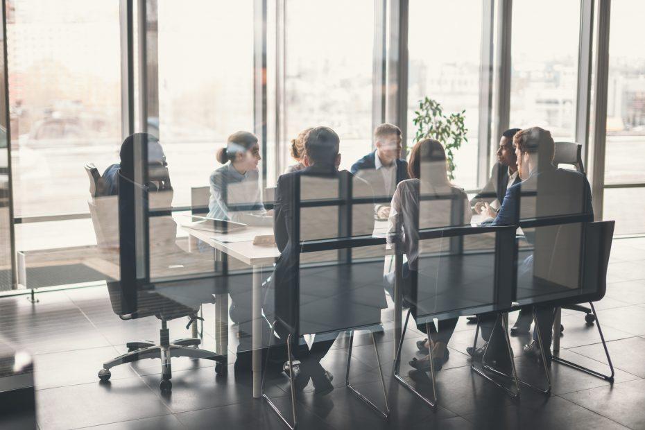 grupo de personas reunidas en una sala de reuniones